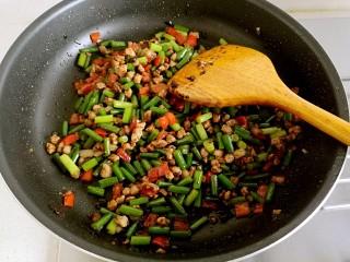 豆豉炒肉丁,炒至十分熟(蒜苔表面微皱)即可关火。