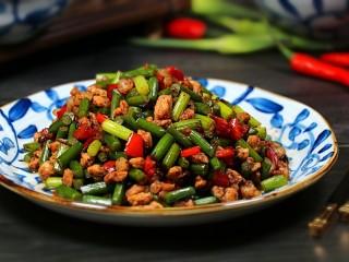 豆豉炒肉丁,盛盘食用。