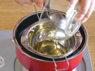 巧克力蛋糕18m+宝宝辅食,植物油加清水隔水加热,搅拌均匀~