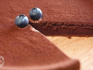 巧克力蛋糕18m+宝宝辅食,拿出烤箱,巧克力蛋糕就做好了~放点你喜欢的水果草莓、蓝莓、芒果什么的,就可以开吃了~