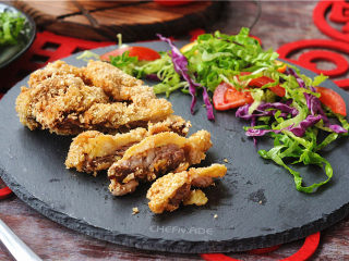 炸牛排,牛排和蔬菜摆盘就可以上桌了