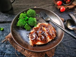 牛运亨通温馨家庭煎牛排,淋上黑胡椒汁,切小块享受幸福时光吧!
