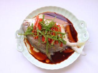 清蒸鲳鱼,花椒油淋鲳鱼上即可开吃啦