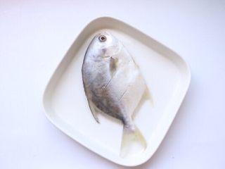 清蒸鲳鱼,腌制好之后去除葱姜蒜辣椒