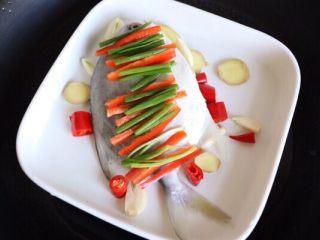 清蒸鲳鱼,摆上葱姜蒜、辣椒,鲳鱼肚里也塞几片蒜瓣姜片