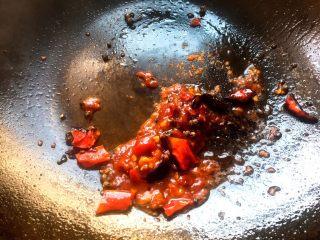 酱香米豆腐,然后放入两勺豆瓣酱,炸出红油