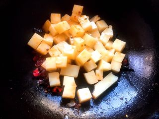 酱香米豆腐,倒入米豆腐