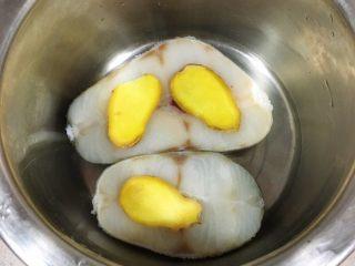 宝宝辅食12M➕:香煎鳕鱼, 把解冻好的鳕鱼用姜片或柠檬片腌制一会