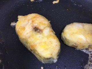 宝宝辅食12M➕:香煎鳕鱼,等鳕鱼快煎熟时,放入黄油并且转小火,等黄油融化后将锅倾斜,拿一盒勺子将黄油不停的舀起来浇在鱼身上