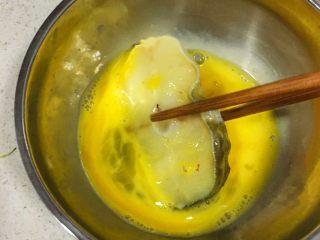 宝宝辅食12M➕:香煎鳕鱼,将鳕鱼放入蛋液里轻轻蘸一下,让蛋液包裹住鳕鱼