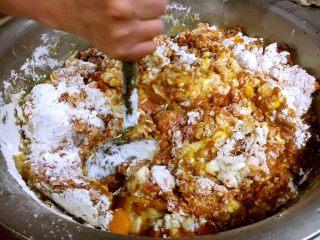 做年货 团团圆圆年夜饭 四喜丸子,先借助工具把这些调料搅匀。
