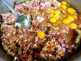 做年货 团团圆圆年夜饭 四喜丸子,因为是要过年了,我们家这次做的比较多,做好了要送给亲戚朋友的,图中的食材是20斤肉馅,做了40个四喜丸子,30个龙眼丸子。在菜谱中我以5斤肉的食材的量为例来介绍如何做四喜丸子。做四喜丸子的主要食材之一是猪肉肉馅,猪肉要选用三、七比例的,即三分肥肉七分瘦肉的梅花肉,在买猪梅花肉时让商家把肉用机器搅成肉馅就可以了。做四喜丸子的重要配料是天津老火腿,它让四喜丸子的味道更有特色。 做四喜丸子的第一步调馅,在5斤肉馅里放入8个鸡蛋,放入1勺的十三香,1勺的白胡椒粉,1勺的鸡精,1勺的白糖,5勺的料酒,5勺的东古一品酱油,5小勺的盐。