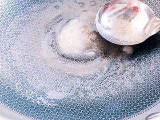 冰糖葫芦,等待熬制的冰糖糖稀有少量气泡时,即可用于蘸糖葫芦。