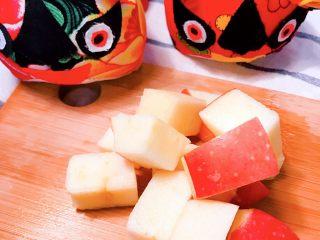 冰糖葫芦,将红苹果🍎切块。