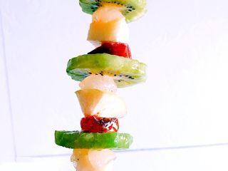 冰糖葫芦,蘸好了冰糖糖稀的水果块和柿子块,晾干后就成为糖葫芦啦。用保鲜膜包裹后在4度冰箱内冷藏,冷藏后糖稀迅速风干,口感很是冰。