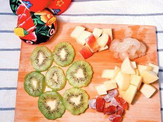 冰糖葫芦,上述切好的水果块和柿子块备用。