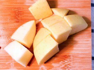 冰糖葫芦,将黄苹果切块。