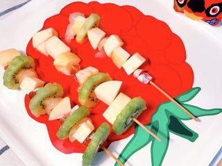 冰糖葫芦,取竹签,将水果块和柿子块分别串上串。串的顺序可以随心搭配。