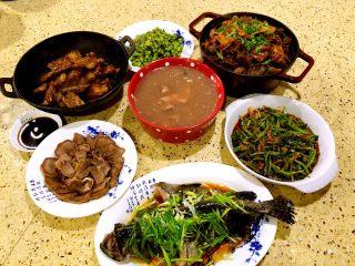 年夜饭·龙虾粥·黑椒牛仔骨·藜蒿炒腊肉·盐水口条·笋干烧老鸭
