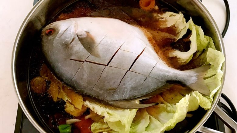 红烧鳊鱼,加入温水,水量没过鱼身
