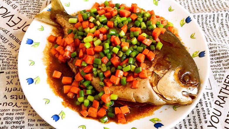 红烧鳊鱼,把炒好的蒜薹胡萝卜丁放在鳊鱼身上,红烧鳊鱼做好了,鱼肉鲜嫩,完全入味,五彩缤纷,好吃又好看~