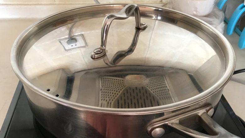 红烧鳊鱼,盖上锅盖,大火烧开后小火慢烧20分钟