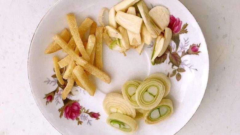 红烧鳊鱼,切葱花,姜片和蒜片