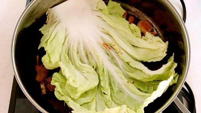 红烧鳊鱼,把白菜叶放在锅底,这样可以保持鱼皮完整