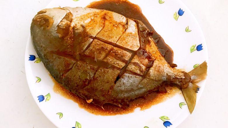 红烧鳊鱼,鳊鱼烧好了,把鳊鱼盛到盘子里,加入2勺汤汁