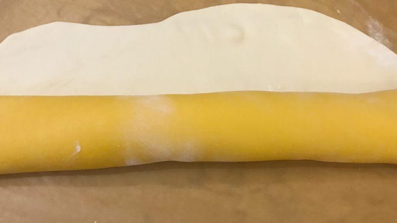 南瓜双色馒头,黄色面片在下,白色面片在上,从内侧开始往上卷起
