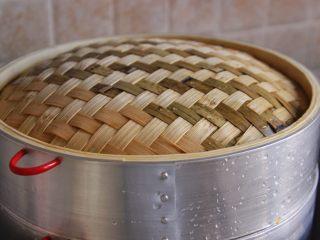 南瓜双色馒头,发酵好后放入锅中,大火烧开,转中火蒸25分钟关火,焖5分钟开盖,可以防止回缩