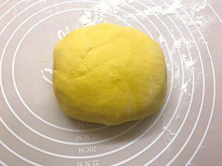 南瓜双色馒头,取出面团揉捏排气,可以多揉一会至光滑,那样成品更光滑