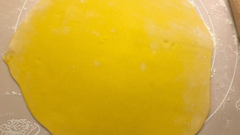 南瓜双色馒头,两块面团分别擀成长条状