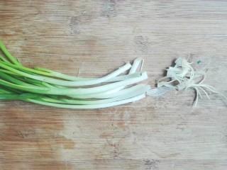 年味+家乡味荤济(千张卷肉馅),葱洗净切碎切去根须