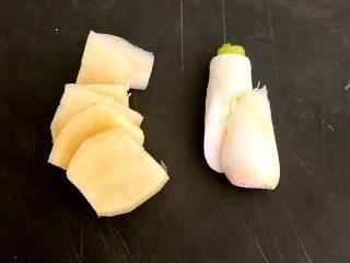 红油猪耳,鲜姜切成小片,大葱切成段
