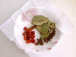 红油猪耳,把香叶干红辣椒,大料,花椒粒放到无纱布块上