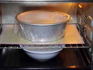 金钱小面包,烤箱发酵档,模具送入烤箱,下面放热水发酵60分钟,30分钟后换一碗热水。
