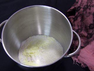 金钱小面包,高筋粉、奶粉、泡打粉、盐和细砂糖放入厨师机内。