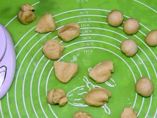 金钱小面包,发好的面团是540克,做54个剂子,每个剂子10克。