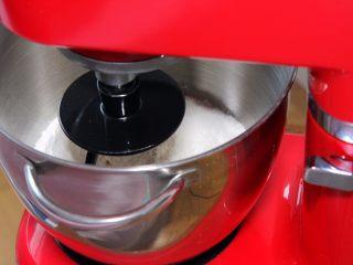 金钱小面包,厨师机搅拌,使面粉和泡打粉混合。