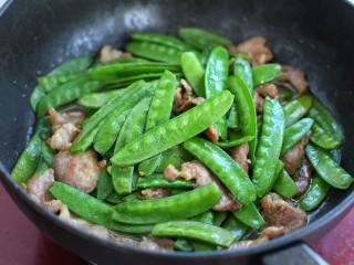 荷兰豆炒肉,一起混合炒匀盛出即可