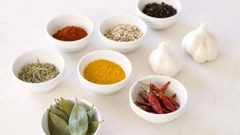 五香牛肉干,另取锅一个,勾兑调味汁。每个人都可以按照自己的喜好来调整。举例如下:酱油、酒、盐、<a style='color:red;display:inline-block;' href='/shicai/ 10588'>糖</a>、辣椒粉、咖喱粉、百里香、黑胡椒、姜粉、蒜、葱,加适量的水烧开。