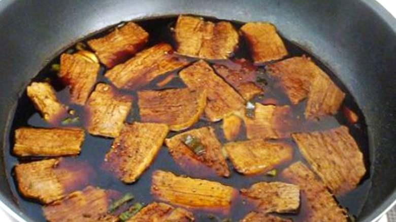 五香牛肉干,将切好的牛肉片下锅,小火入味,稍煮