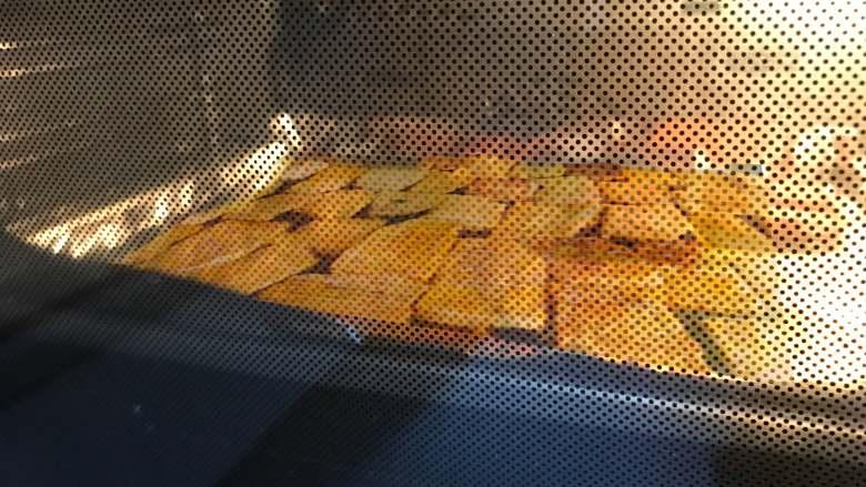 五香牛肉干,烤箱预热到150℃,放入烤盘后调至120°C,烤制牛肉干30分钟,中途翻面一次。每个烤箱情况不同,注意根据实际情况调整。