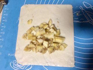 简易好吃的手抓饼香蕉派,把香蕉放在饼皮的一边