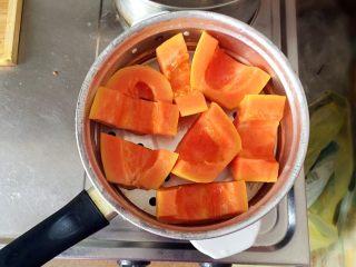 木瓜椰蓉奶冻,切成小块,放入蒸锅。盖上锅盖,开大火蒸8分钟左右。