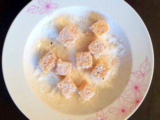 木瓜椰蓉奶冻,表面滚上椰蓉。