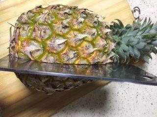 果味糯米凤梨(菠萝)饭,凤梨洗净表皮