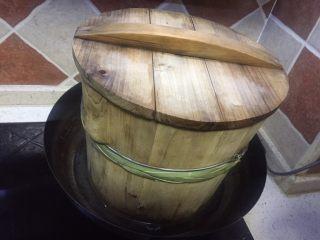 果味糯米凤梨(菠萝)饭,铁锅烧水放入蒸子,上气后放入沥好的糯米饭蒸15分钟左右