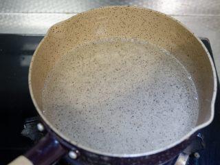 酸菜肉丝面,锅内热开水。
